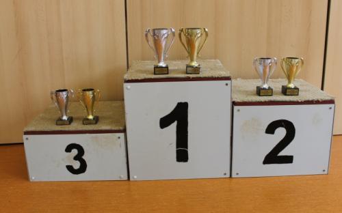 Stupně vítězů s poháry pro obě kategorie